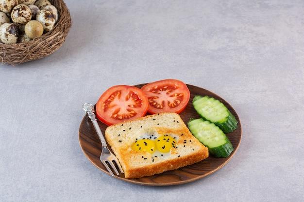 卵とスライスした野菜を皿にのせて揚げたトースト。