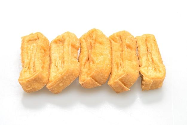 白で分離された揚げ豆腐-ビーガンとベジタリアンのフードスタイル
