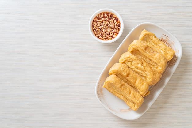 揚げ豆腐とソース-ビーガンとベジタリアンのフードスタイル