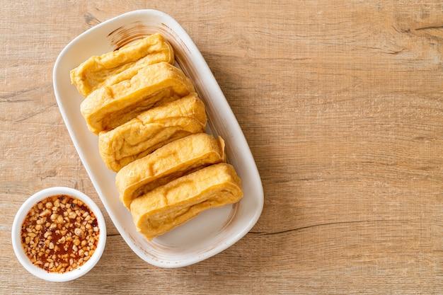 揚げ豆腐とタレ。ビーガンとベジタリアンのフードスタイル