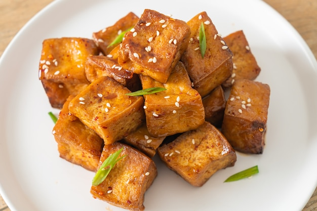 白ゴマとテリヤキソースの揚げ豆腐-ビーガンとベジタリアンのフードスタイル