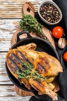 有機鶏肉をタイムで炒めたもの。白色の背景。上面図。