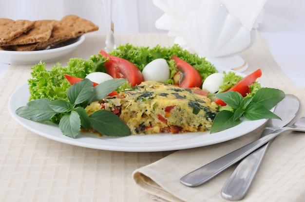 야채와 샐러드 잎을 곁들인 튀긴 호박과 바질