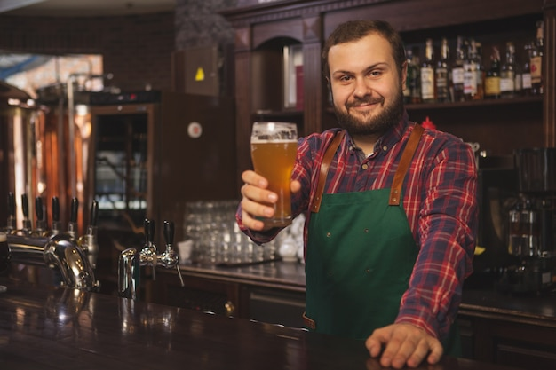 彼のパブで働いているフレンドリーなビール