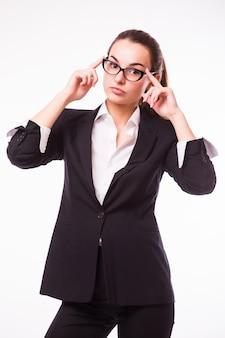 Amichevole donna d'affari in bicchieri sorridente isolato su un muro bianco