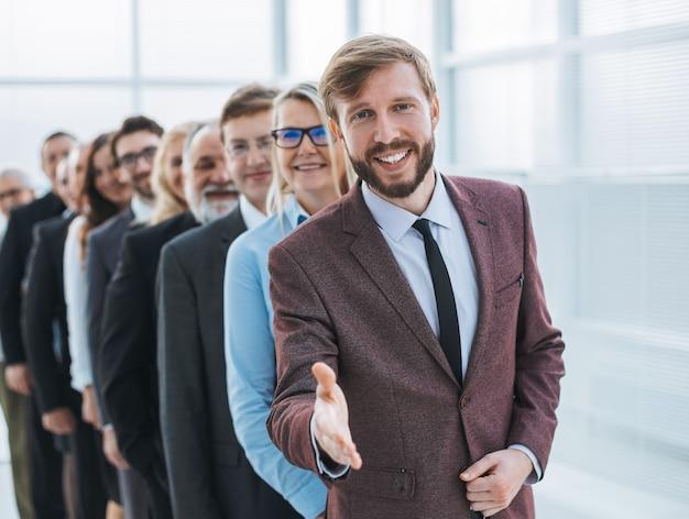 Дружелюбный бизнесмен встречает своих партнеров рукопожатием. концепция совместной работы
