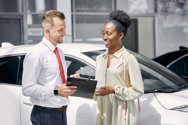 흑인 고객 여자와 친절 한 백인 세일즈 맨 회담