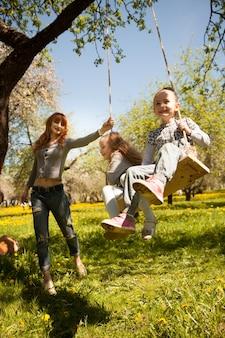 Дружная, веселая семья на пикнике.