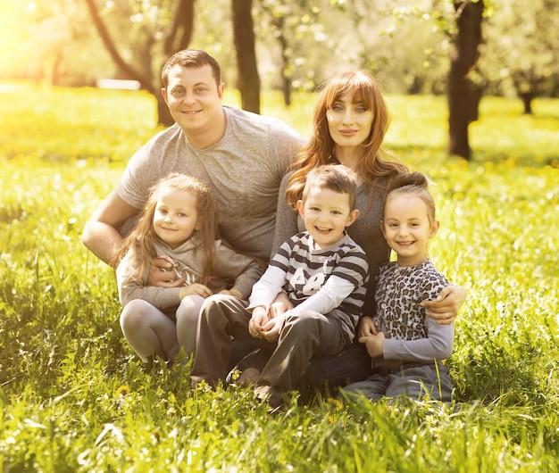 Дружелюбная веселая семья из пяти человек улыбается