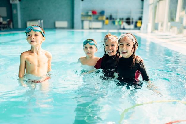 수영 고글을 가진 친절한 아이들.