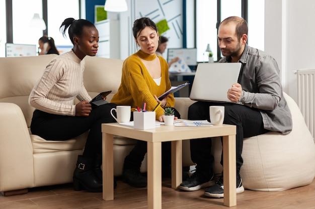 비즈니스 프로젝트에 대해 토론하는 친근하고 창의적인 다양한 동료 팀