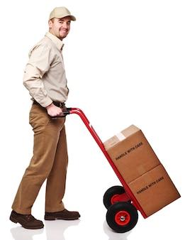 Дружелюбный доставщик, изолированные на белом фоне