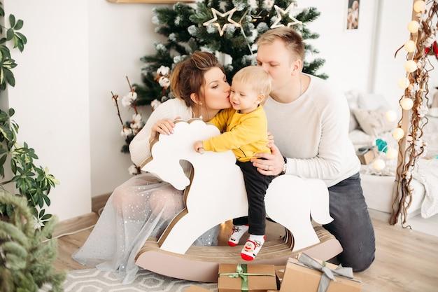 크리스마스 전에 함께 시간을 즐기는 친절한 가족