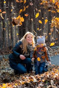 Дружелюбная семья на прогулке во время опадания листвы в парке