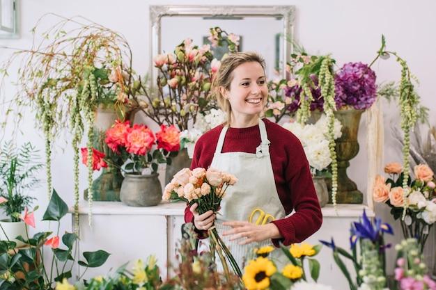Дружелюбный флорист в цветочном магазине