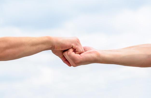 Дружеское рукопожатие на пасмурном небе