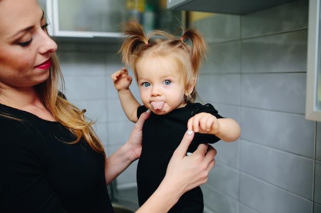 그녀의 혀를 보여주는 친절 한 어린 소녀