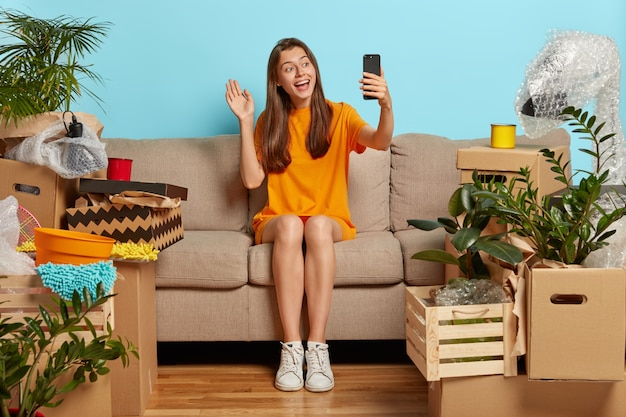 フレンドリーな見た目の陽気な女性がビデオ通話をします