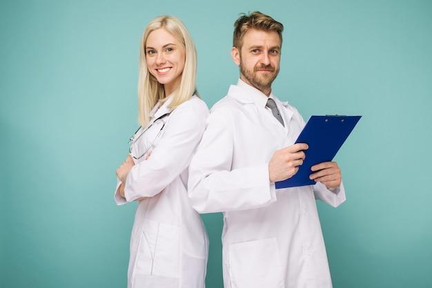 친절한 남성과 여성 의사. 의사의 행복 의료 팀. -이미지