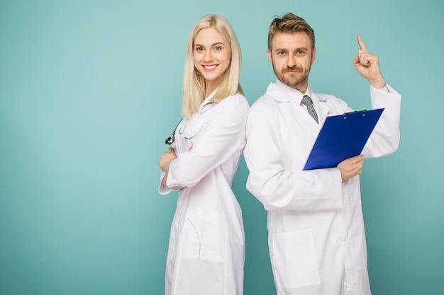 친절한 남성과 여성 의사. 의사의 행복 의료 팀.
