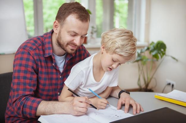 彼の小さな学生を助けるフレンドリーな男性教師