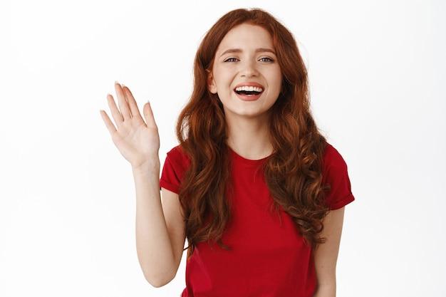 笑顔のフレンドリーな赤毛の女性