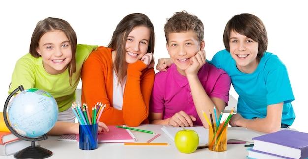 Дружелюбные школьники в школе изучают предмет