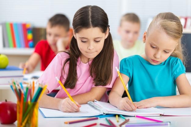 Дружелюбные школьники с книгами в классе