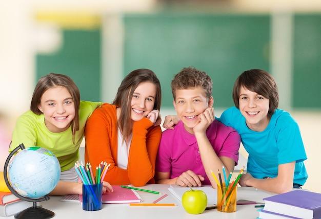 Дружелюбные школьники с концепцией книг