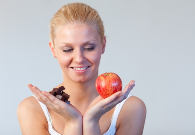 女性にチョコレートとリンゴフォーカスを持っている優しい女性