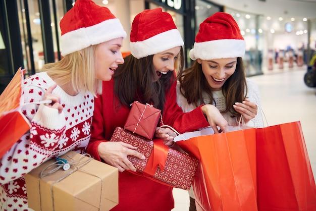 店でクリスマスショッピングをした後の友達