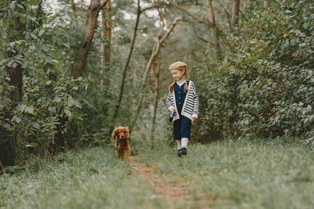 Gli amici si divertono all'aria aperta. bambino in un vestito blu.