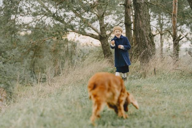 友達は新鮮な空気の中で楽しんでいます。青いコートを着た子供。