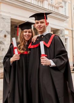 Друзья на выпускной церемонии
