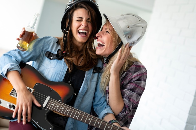 집에서 친구들이 노래를 부르고 기타를 치며 즐거운 시간을 보내고 있습니다.