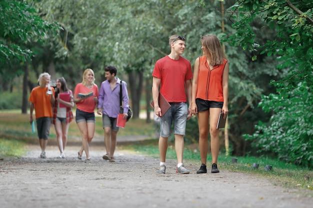 공원 산책과 함께 시간을 즐기는 친구.