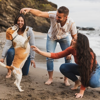 Друзья на берегу моря с собакой