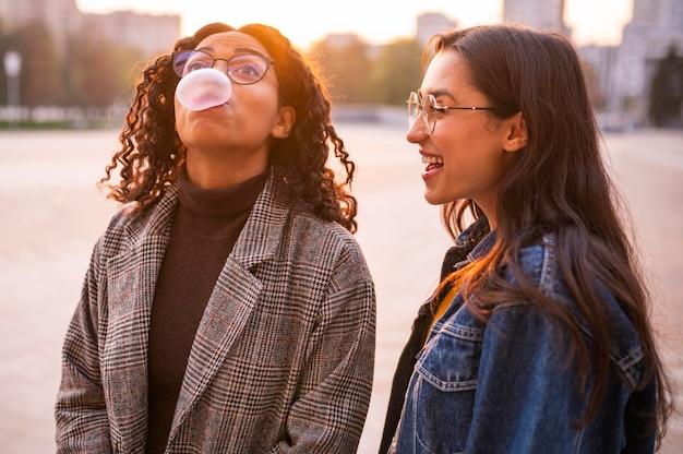 Amici a soffiare bolle all'aperto