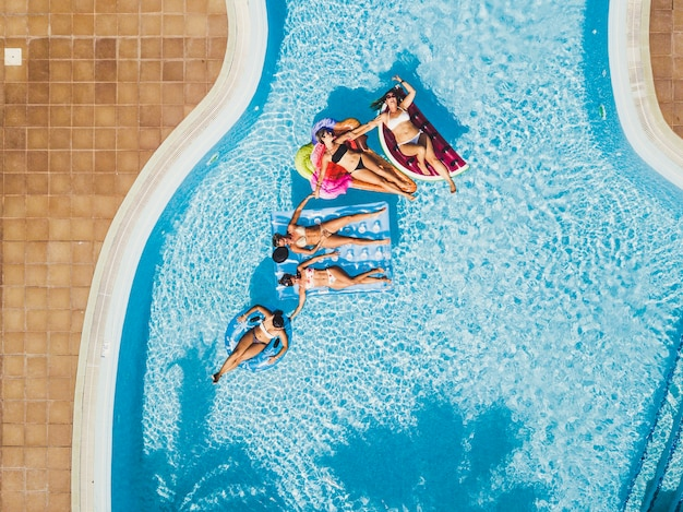 친구 백인 사람들 여자는 수영장에서 재미를
