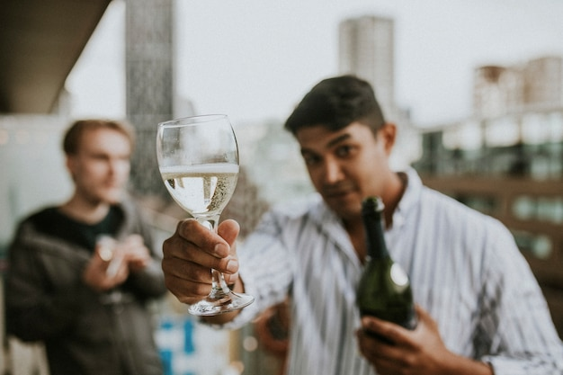 屋上で祝って乾杯する友達