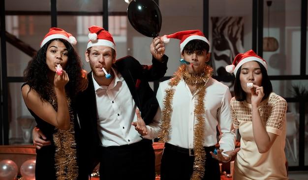 Друзья празднуют новогоднюю вечеринку