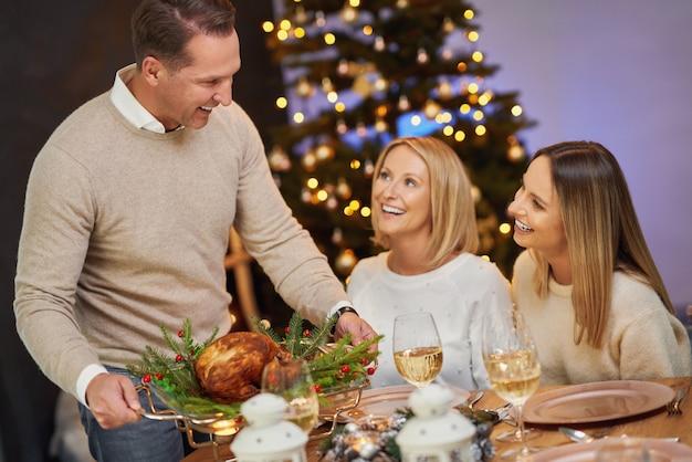 ワインを持ってクリスマスパーティーを祝う友人。高品質の写真