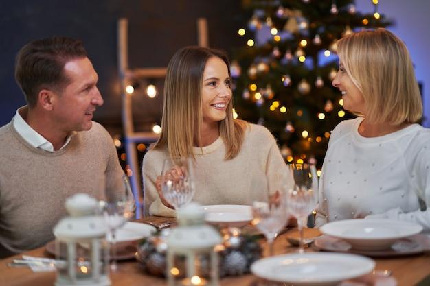 家でクリスマスパーティーを祝う友達。高品質の写真