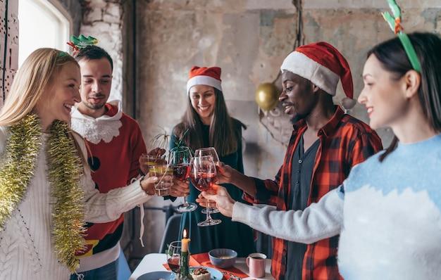 クリスマスを祝う友達
