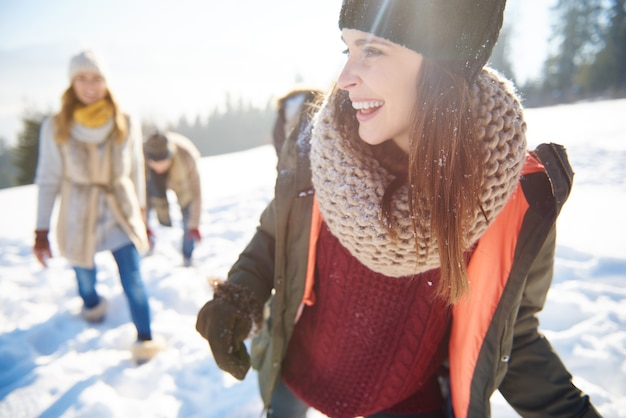 雪の上の休日を祝う友達