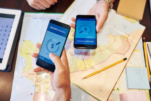 Друзья проверяют банковские счета перед бронированием отелей и покупкой билетов на летнюю поездку