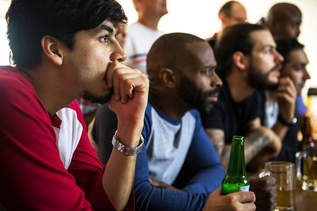 バーで一緒にスポーツを応援する友人