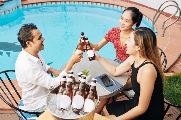 Друзья звон бутылок пива
