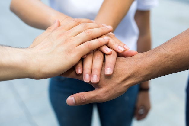Друзья успокаивают друг друга и делают обещание