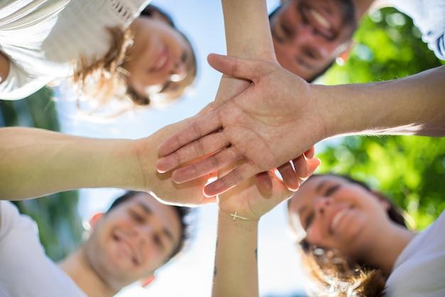 Друзья утешают друг друга и дают обещание